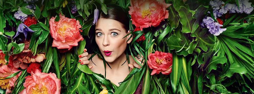 femme dans des fleurs